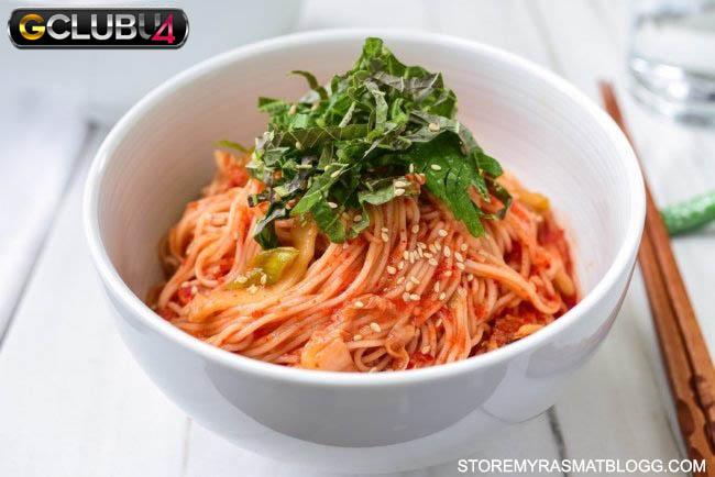 กิมจิบิบิมกุกซู บะหมี่เย็นรสเผ็ดกิมจิ